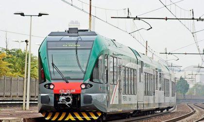 Persone lungo i binari, paura per i treni in arrivo