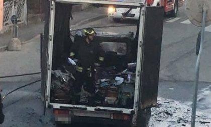 Abbiategrasso, va a fuoco il camion dei giornali. Gli autisti si salvano appena in tempo