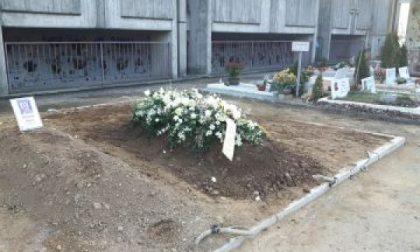 """Arese, la bara arriva al cimitero ma la buca non c'è: sepoltura """"congelata"""" per due giorni"""