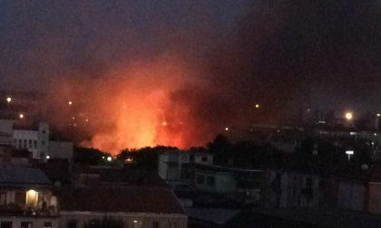 Baranzate, vasto incendio all'ex cava Ronchi