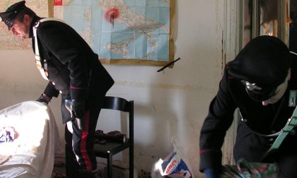 Blitz all'alba: trovati marijuana, hashish, cocaina e un macete