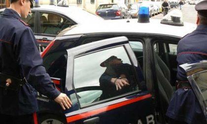 Bollate, giovane in motorino senza patente e con addosso droga e coltelli: arrestato