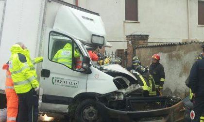 Camion contro una casa, paura a Cassinetta di Lugagnano