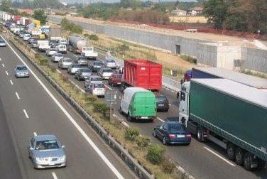 Camion perde il suo carico, chilometri di coda in autostrada