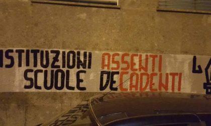 Rho, Crollo a scuola: Cartello di protesta sui muri della Manzoni