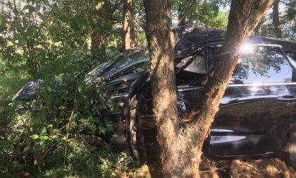 Cuggiono, auto finisce contro un albero: papà e figlio di 4 anni miracolati