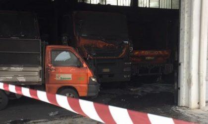 Gaggiano, incendio doloso nel capannone Sasom: mezzi distrutti e raccolta rifiuti in ginocchio