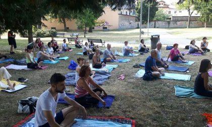 Il saluto al sole a Parabiago: in tanti hanno srotolato il tappetino nel Parco di Villa Corvini
