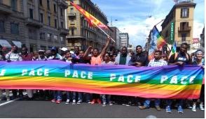 """""""Insieme senza muri"""", in migliaia al corteo a Milano"""