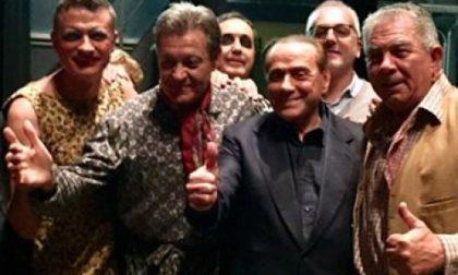 """Legnano, """"I Legnanesi"""" ad Arcore: in prima fila c'è Silvio Berlusconi"""