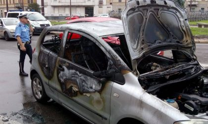 Legnano, auto s'incendia in Piazza Monumento: madre e figlio salvi appena in tempo