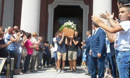Legnano: chiesa strapiena per l'addio a Marco Colombo, lo studente del Bernocchi morto in sella alla sua moto