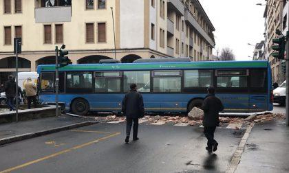 Legnano: l'autista ha un malore, il pullman sbanda e distrugge due semafori