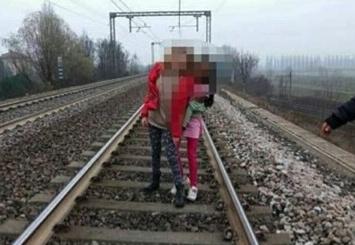Legnano, selfie sui binari del treno: quattro 14enni bloccate dalla Polizia locale