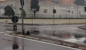 Legnano: troppo nevischio, un'auto si schianta e abbatte il semaforo