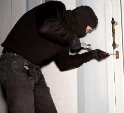 Legnano, trova i ladri in casa, loro la fanno cadere: tanta paura e un femore rotto per una 70enne