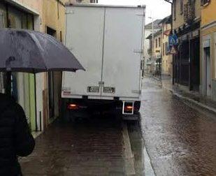 """Nerviano: Sindaco """"multa"""" camion in divieto di sosta"""