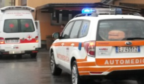 Nerviano, cade dal camion mentre carica: paura in via S.Maria