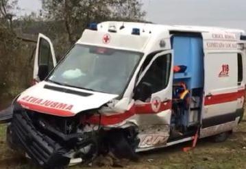 Novate Milanese, Ambulanza si ribalta ferita la conducente di una utilitaria