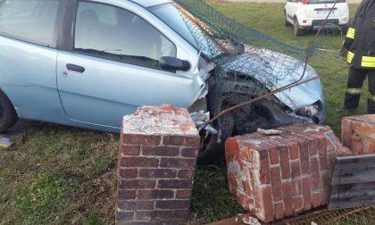 Parabiago: Perde il controllo della sua auto e finisce contro un cancello