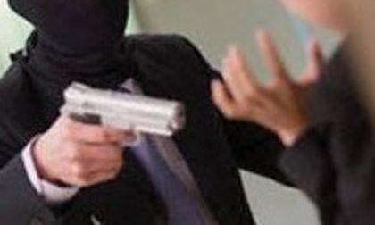 Rapina al supermercato con caschi integrali e pistola