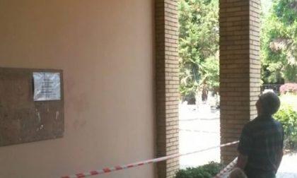 Rho, crolla l'intonaco dell'ingresso: tragedia sfiorata al cimitero di Lucernate