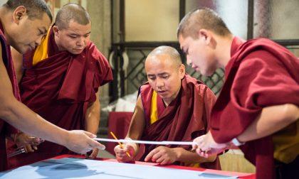 Rho, i monaci del Dalai Lama realizzano un mandala in municipio