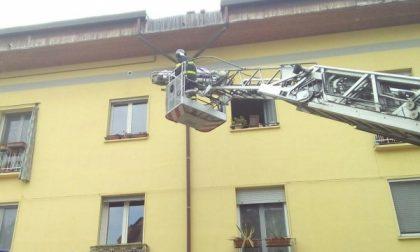 Rho, malore per un'anziana: per farla scendere dal terzo piano arrivano i pompieri