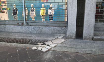 Rho, si stacca lastra di marmo da un palazzo: paura in via Garibaldi