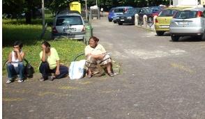 Rho, zingari nel piazzale del santuario: dai i soldi o ti rigano l'auto
