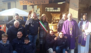San Vittore Olona, inaugurato il presepe in piazza. Al posto della capanna un antico mulino
