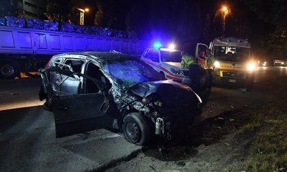 Schianto a Caronno Pertusella, auto finisce sotto un camion: feriti due giovani