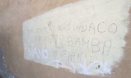 Settimo, Città in mano ai vandali: schiuma nella fontana e scritta contro il Sindaco