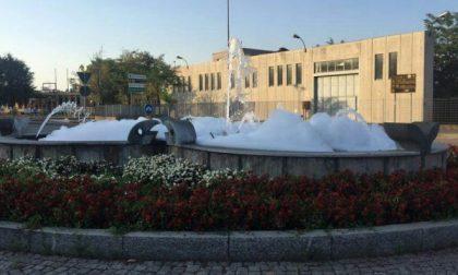 """Settimo, """"idromassaggio"""" alla rotonda: la fontana è piena di schiuma"""