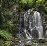Tragico volo nella cascata: muore 74enne di Opera
