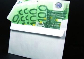 Trovano una busta piena di soldi e la portano ai vigili