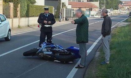 Turbigo, cade dalla moto e sfiora un palo: giovane miracolato