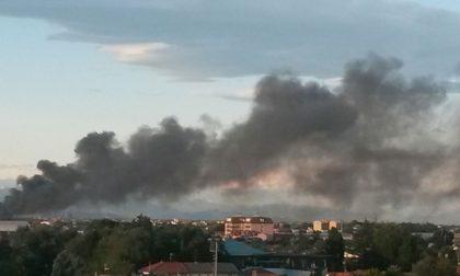 Vasto incendio ad Arese, brucia un deposito di rottami – Guarda il VIDEO