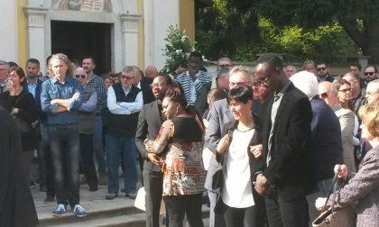 Folla al funerale di Monica, la giovane uccisa dalla malaria