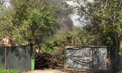 Allarme incendio, bruciano due auto e un trattore