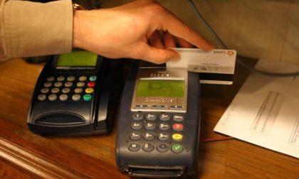 Pagare un caffè col bancomat: chi non lo permette sarà multato