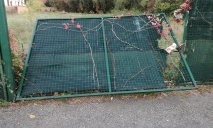 Tragedia sfiorata in via Cavour, il forte vento abbatte un cancello