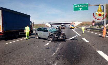 Incidente A9, auto contro mezzo per lavori stradali