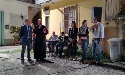 Il sindaco e il don cantano insieme Patty Pravo