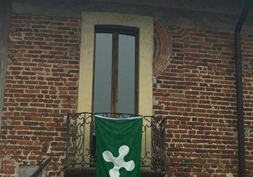 Referendum, bandiera sul municipio: è polemica