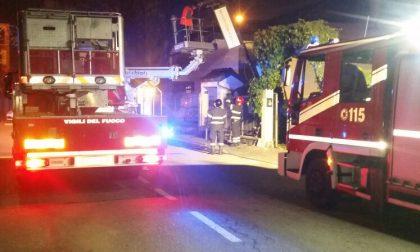 Camion abbatte luminaria, palo e insegna del ristorante