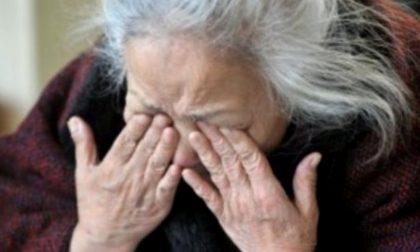 Picchia anziane passanti: una è in fin di vita