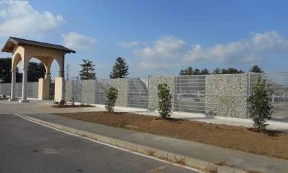 Sassi e luci: piace la nuova recinzione del cimitero