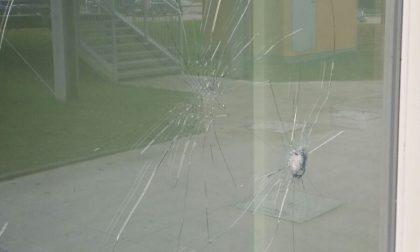 Sassate contro l'Urban Centre: atto vandalico