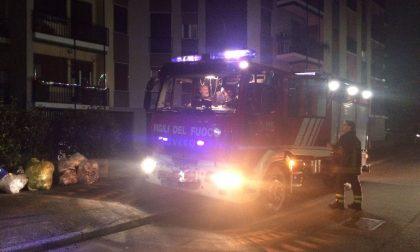 Non risponde al citofono, arrivano i pompieri e lui... dormiva